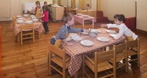 A tavola con piatti di ceramica